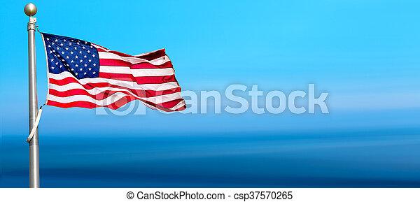 błękitny, falując banderę, niebo, amerykanka - csp37570265