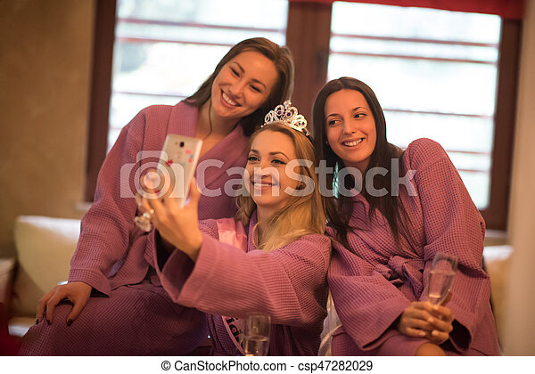 Mädchen, die Selfy auf Junggesellinnen-Party machen - csp47282029
