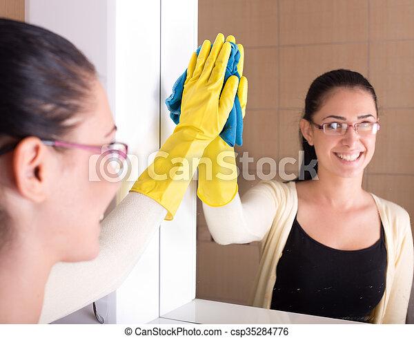 Badezimmer putzen spiegel sch ne badezimmer frau for Badezimmer putzen