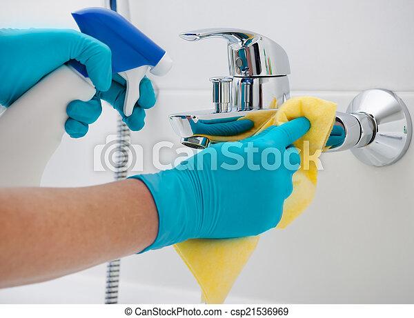 Badkamer, poetsen. Klusjes, kraan, vrouw, wasmiddel,... stockbeeld ...
