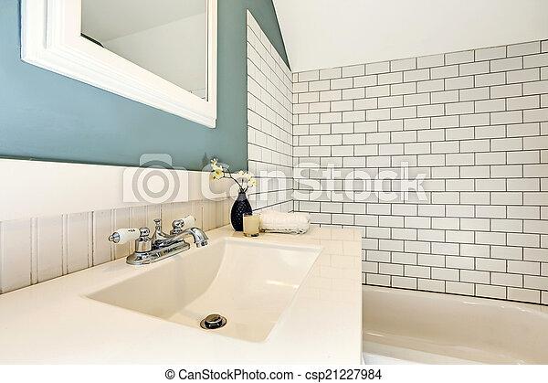 Badkamer trim muur blauwgroen tegel witte strip badkamer