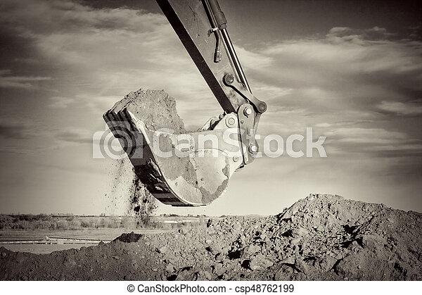 Exkavatorarm und Schaufel graben Dreck am Bauplatz - csp48762199