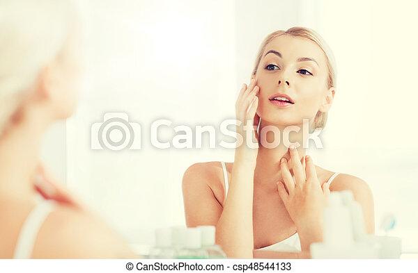 bagno, donna, giovane guardare, specchio, felice - csp48544133