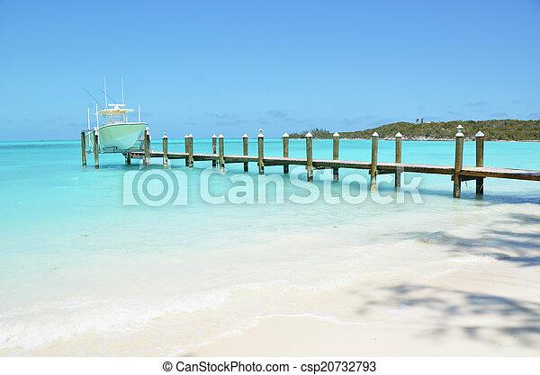Yate en el embarcadero de madera. Exuma, Bahamas - csp20732793