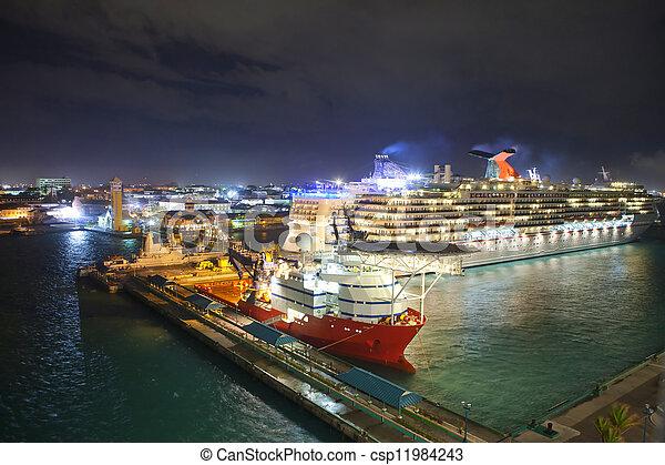 Por de nassau, Bahamas por la noche - csp11984243
