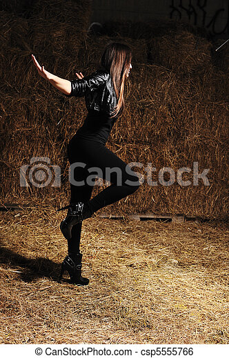 Una joven y agradable chica bailando danza moderna - csp5555766