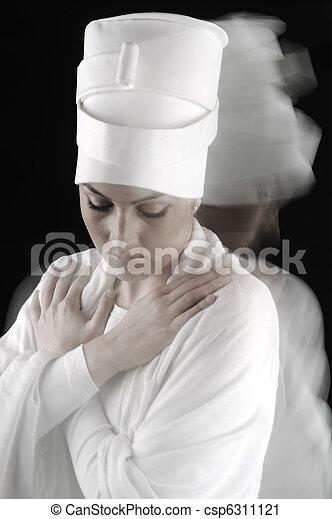 Sufi danza femenina, blanca en negro, borrosa de movimiento - csp6311121