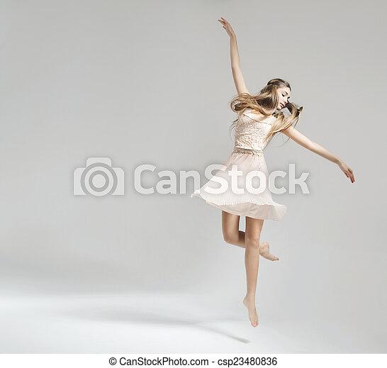 Bonita y joven bailarina de ballet - csp23480836