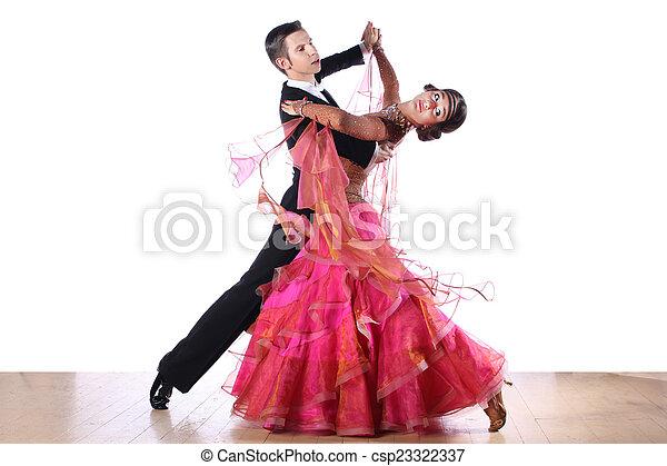 Bailarines latinos en salón de baile aislados en fondo blanco - csp23322337