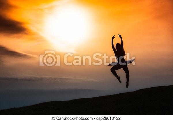 Silueta de bailarina, bailando sola en la naturaleza en las montañas A - csp26618132