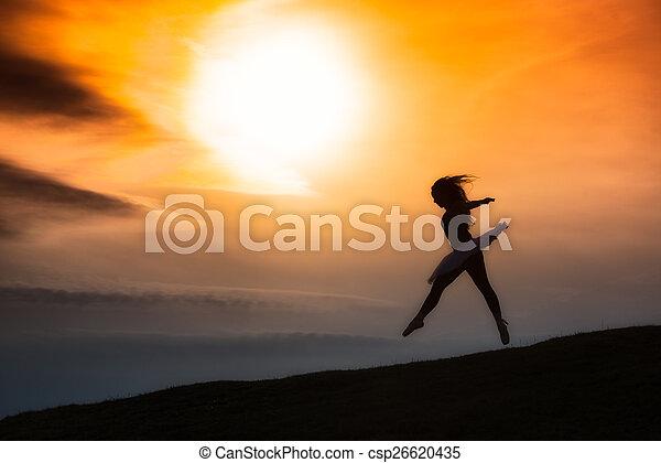 Silueta de bailarina, bailando sola en la naturaleza en las montañas A - csp26620435