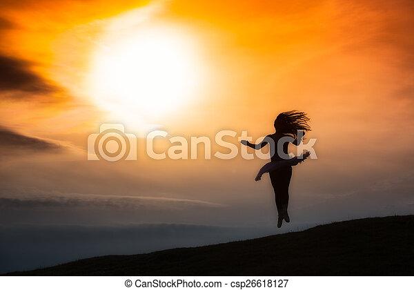 Silueta de bailarina, bailando sola en la naturaleza en las montañas A - csp26618127
