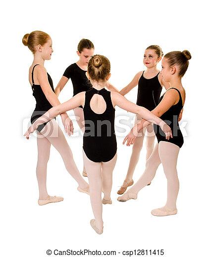 Bailarines muy jóvenes - csp12811415
