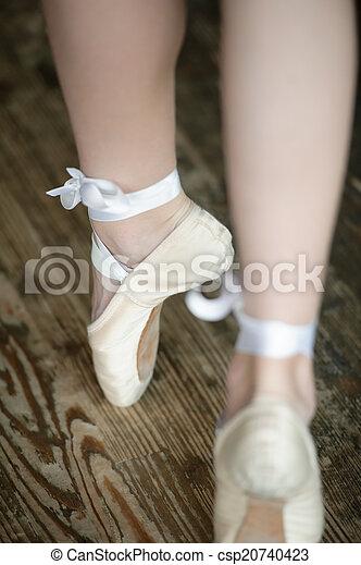 Piernas de bailarina en puntillas - csp20740423