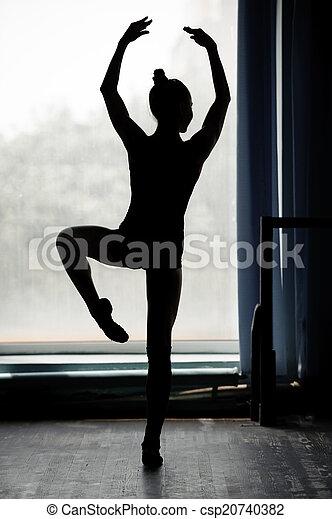 Ballerina silueta bailando - csp20740382