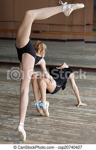 Dos bailarinas ensayando en el estudio - csp20740427