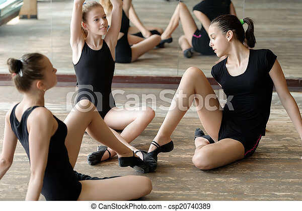 Tres bailarines de ballet en el suelo - csp20740389