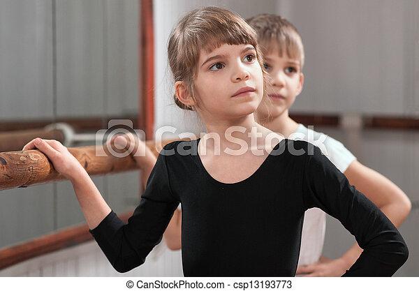 Los niños aprenden a bailar en la barra de ballet - csp13193773