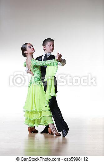 El baile de salón de baile de niños y niñas - csp5998112