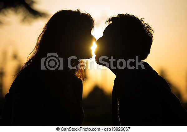 baisers, coucher soleil couples, romantique - csp13926067