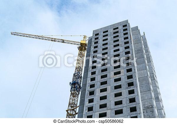 Bajo rascacielos de construcción y grúa de construcción. - csp50586062
