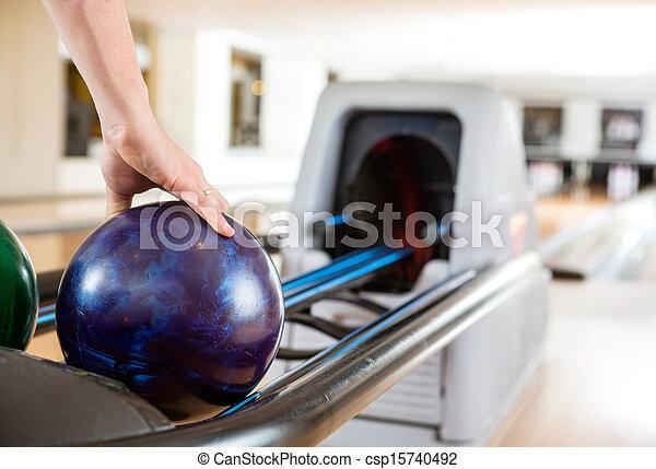 balle, haut, homme, bowling, cueillette, main, étagère - csp15740492