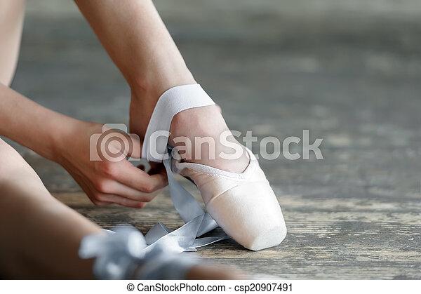Quitarme los zapatos de ballet después del ensayo o la actuación - csp20907491