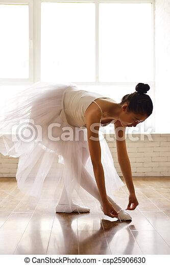 Actriz de ballet ensayando - csp25906630