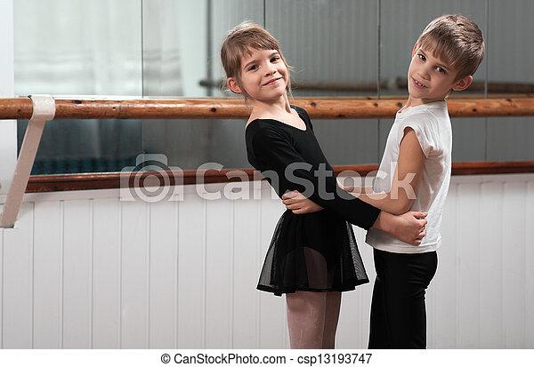 Niños bailando en un bar de ballet - csp13193747