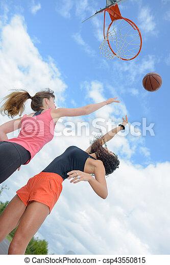 vista de arriba de dos mujeres jugando baloncesto