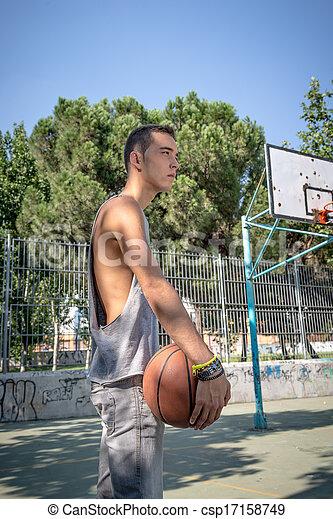 Un joven jugando al baloncesto - csp17158749