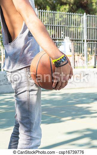 Un joven jugando al baloncesto - csp16739776