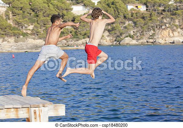 bambini estate, mare, saltare, campeggiare - csp18480200