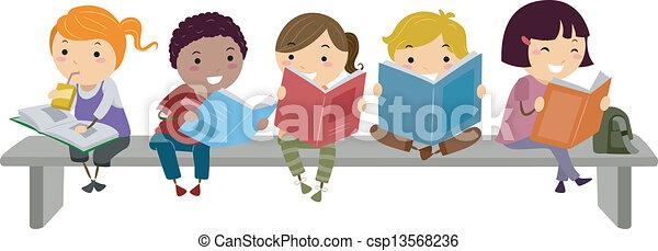 Niños sentados en el banco mientras leen - csp13568236