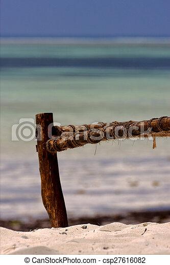 Playa de soga y mar en la costa de Zanzíbar - csp27616082