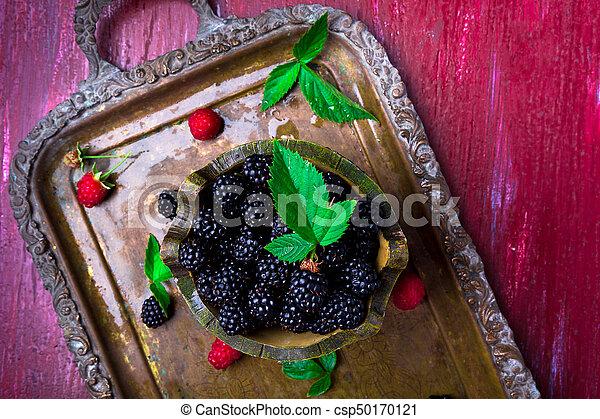 Blackberry con hoja en una canasta en bandeja de metal vintage. La mejor vista. - csp50170121