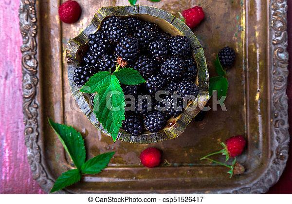Blackberry con hoja en una canasta en bandeja de metal vintage. La mejor vista. - csp51526417
