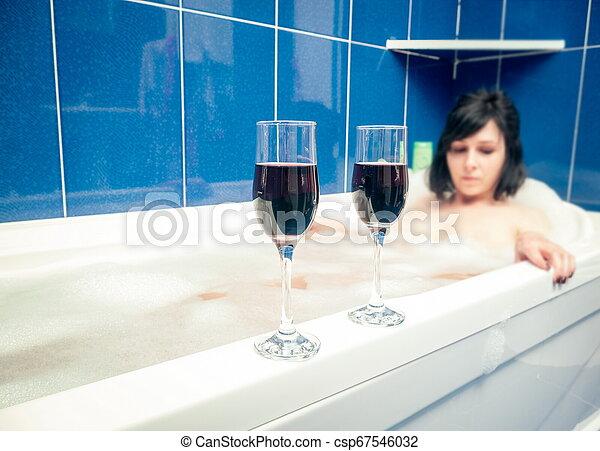 banheiro, vinho, relaxante, óculos - csp67546032