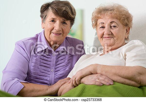 barátok, öregedő - csp23733368