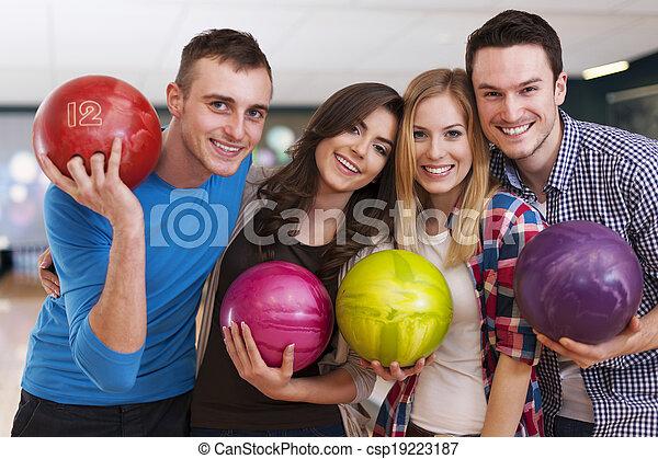 barátok, fiatal, fasor, tekézés - csp19223187