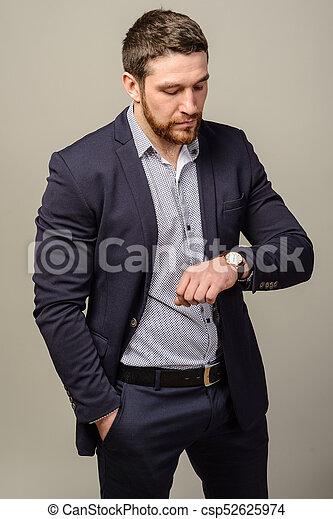 Barba El Suyo Reloj Mirar Muñeca Guapo Bien Vestido Hombre
