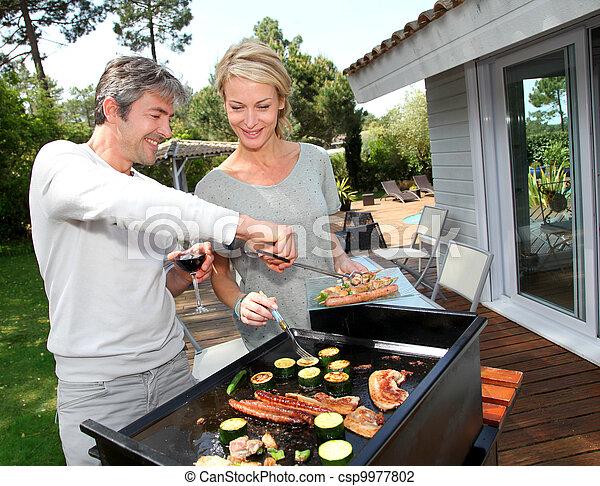 barbecue, coppia, cottura, carne, giardino - csp9977802