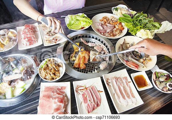 barbecue, folk, äta, nötkött, restaurang - csp71106693
