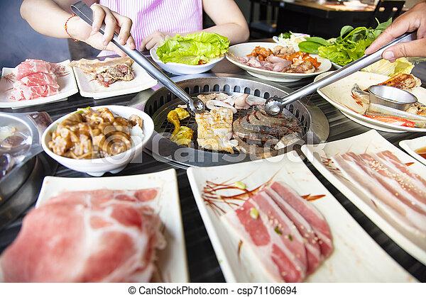 barbecue, folk, äta, nötkött, restaurang - csp71106694