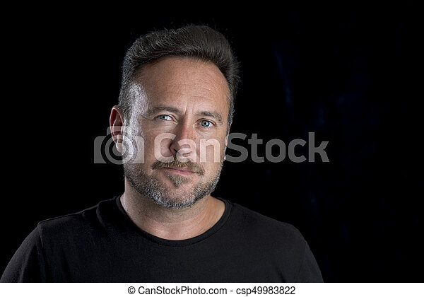 La cara de un adulto blanco barbudo sobre el espacio de copia de fondo negro - csp49983822