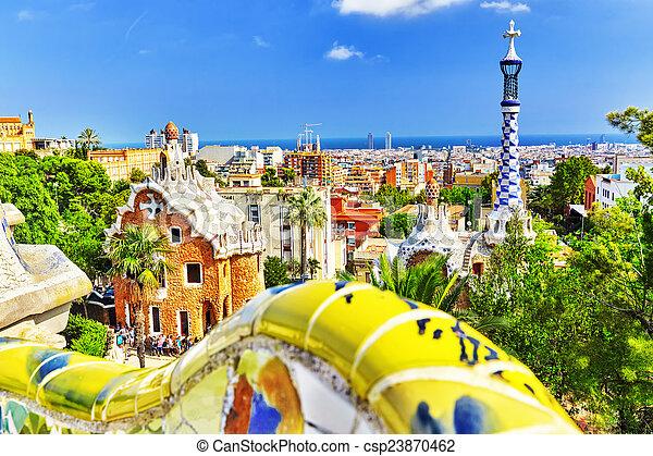 Guel de parque precioso e increíble en Barcelona. - csp23870462