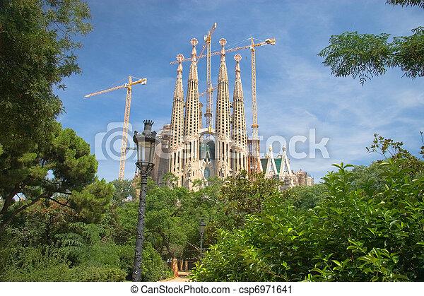 Sagrada Familia en Barcelona, España - csp6971641