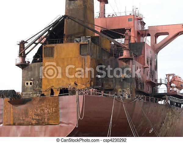 Un barco petrolero quemado - csp4230292