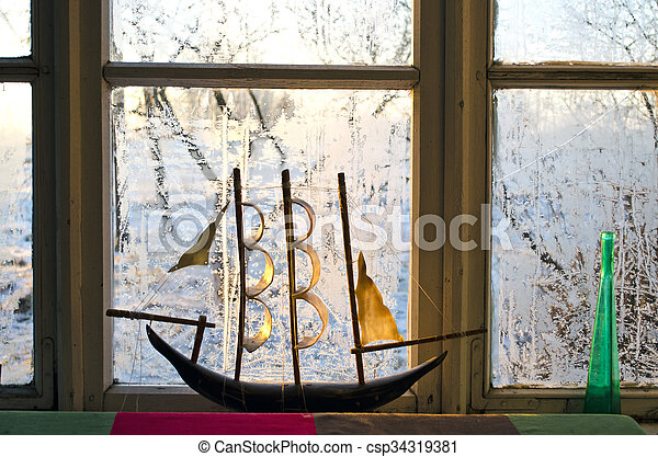 Modelo de un barco en la ventana congelada por la mañana - csp34319381