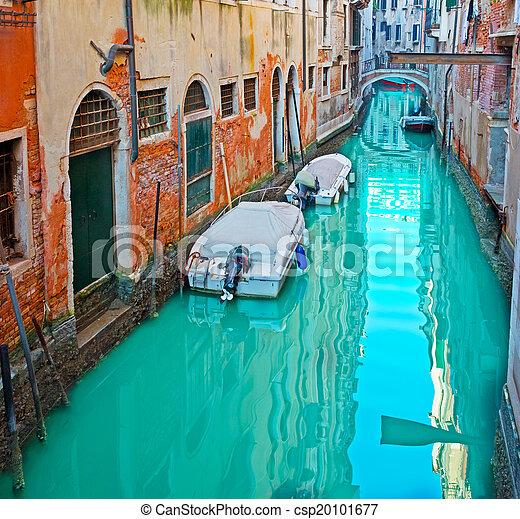 Barcos en un canal - csp20101677